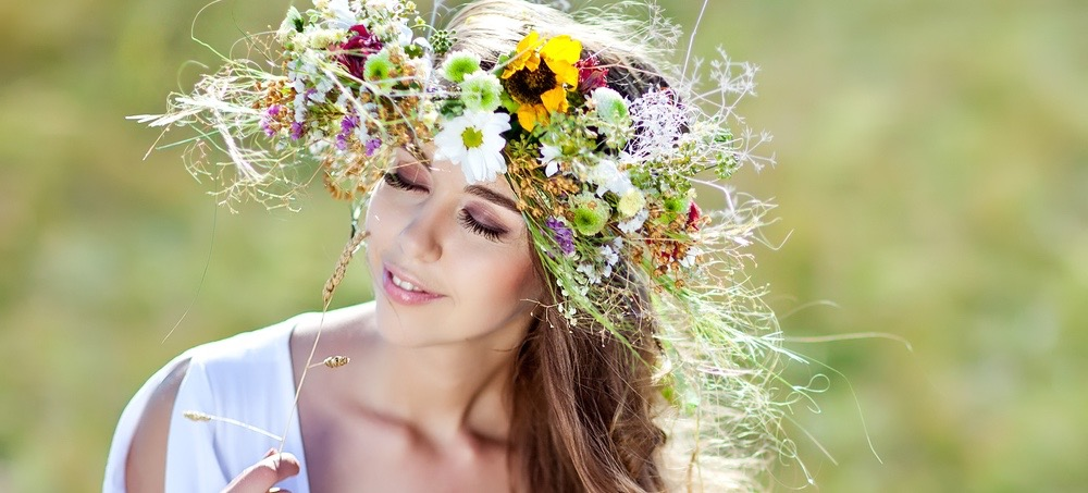 3 Gorgeous Ways to Wear Flowers in Your Hair