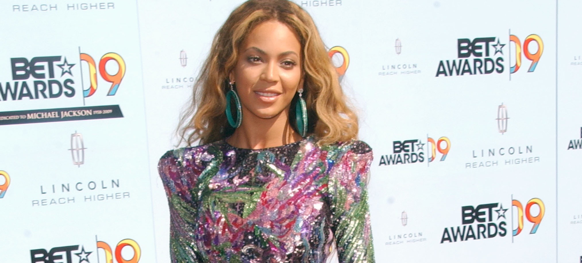 Definitive Proof Beyoncé Is OBSESSED With J.Lo's Style