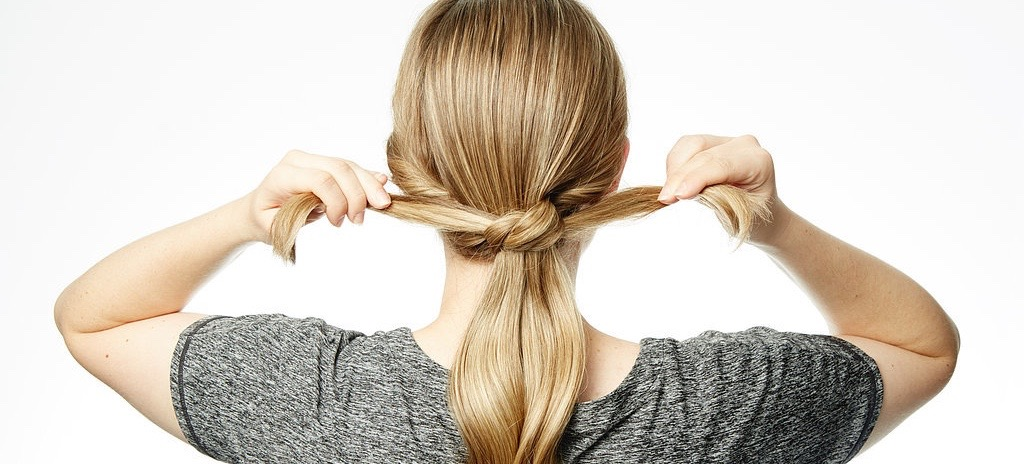 A Simple 3-Step Ponytail Tutorial To Upgrade Your Holiday Hair Game